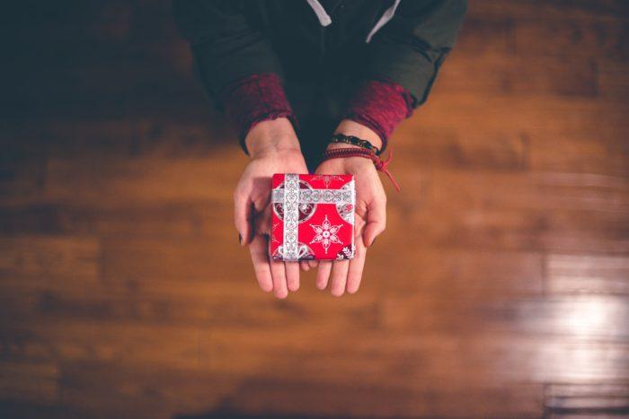 Geschenk wird überreicht