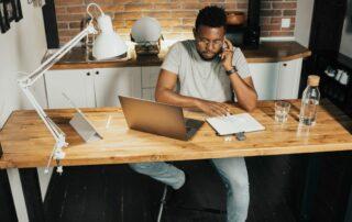 Mann arbeitet vor dem Computer