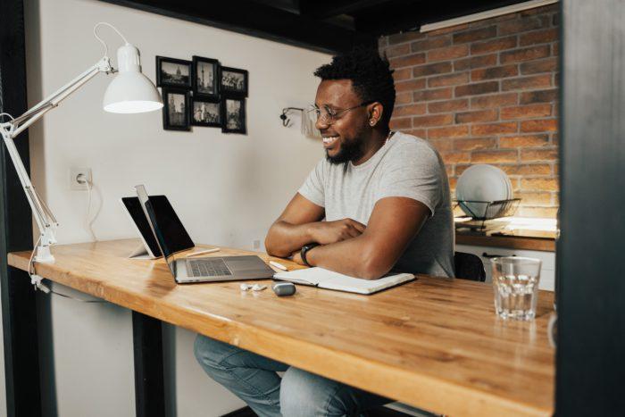 Mann vor seinem Laptop